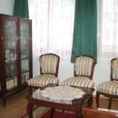 Neobarokk bútorok között