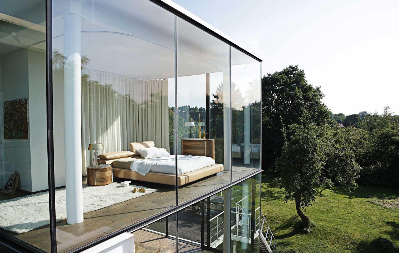 modern-white-bedroom-open-design-glass-walls