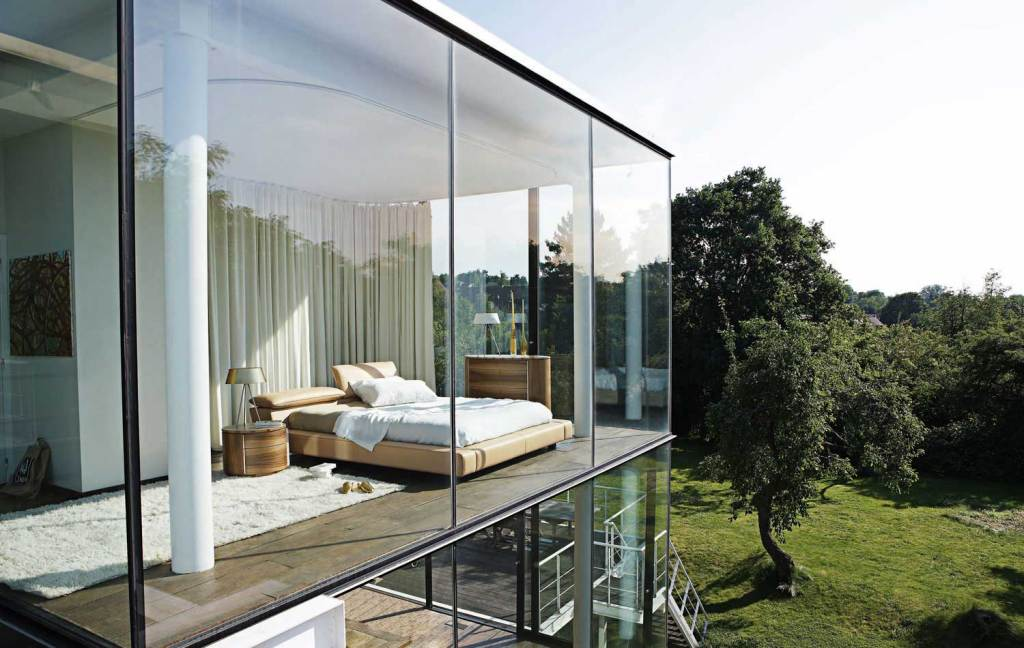 modern-white-bedroom-open-design-glass-walls